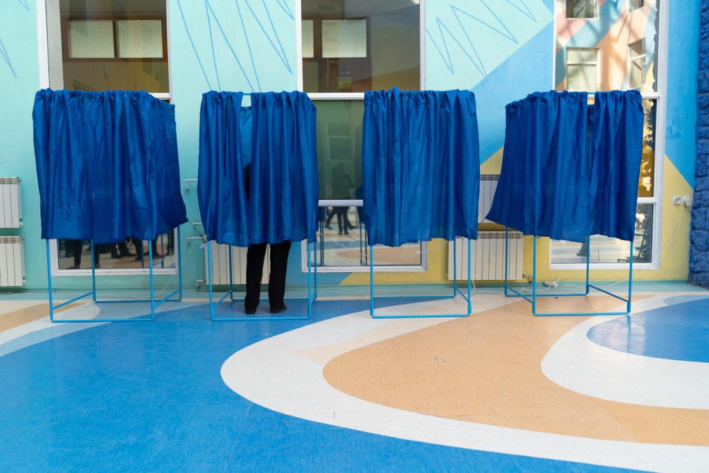Вибори Президента України 2019: Завершилося голосування на виборчих дільницях в межах України, починається підрахунок голосів